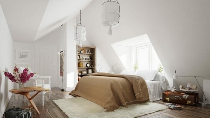 couleur-mur-blanc-lit-blanc-et-couverture-marron-canape-blanc-tapis-blanc-deco-fleurs-fraiches-malle-vintage-en-guise-de-table-de-chevet-bibliotheque-encastre-dans-le-mur
