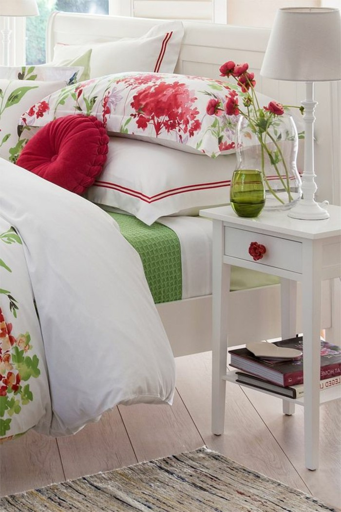 couleur-rose-accents-déco-roses-dans-une-chambre-blanche