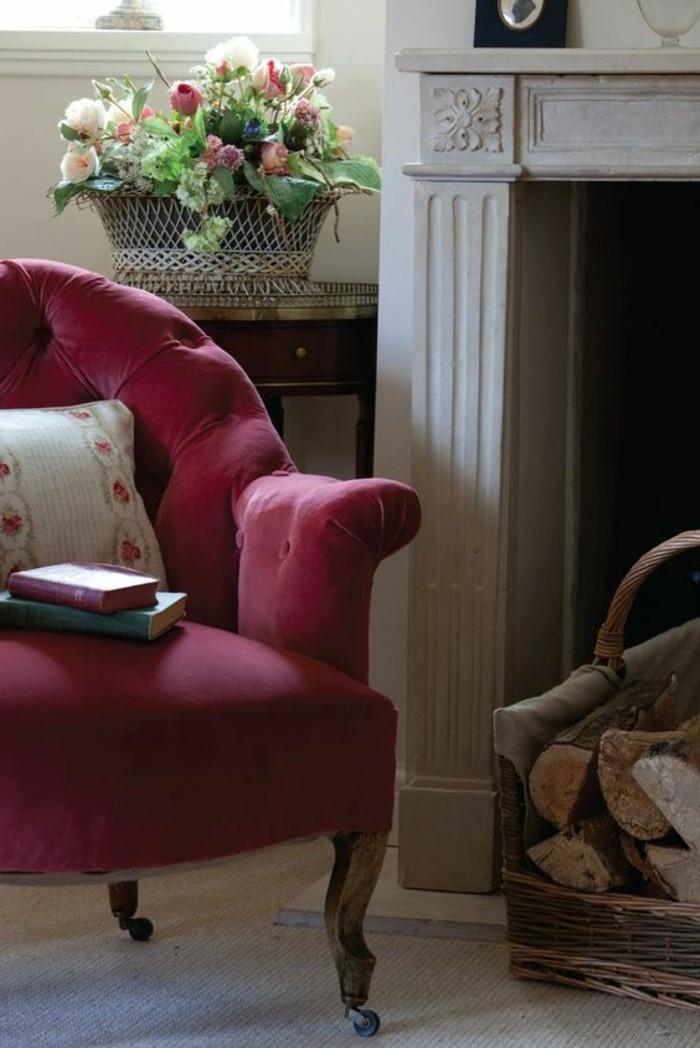 couleur-rose-framboise-cheminée-et-fauteuil-rose