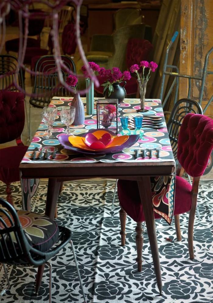 couleur-rose-framboise-deux-chaises-pourpres-tapis-ethnique