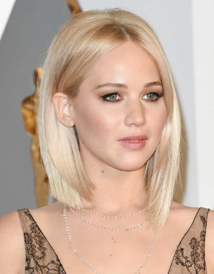 coupe-au-carré-élégante-coiffure-simple-tendance-couleur-blonde-platine