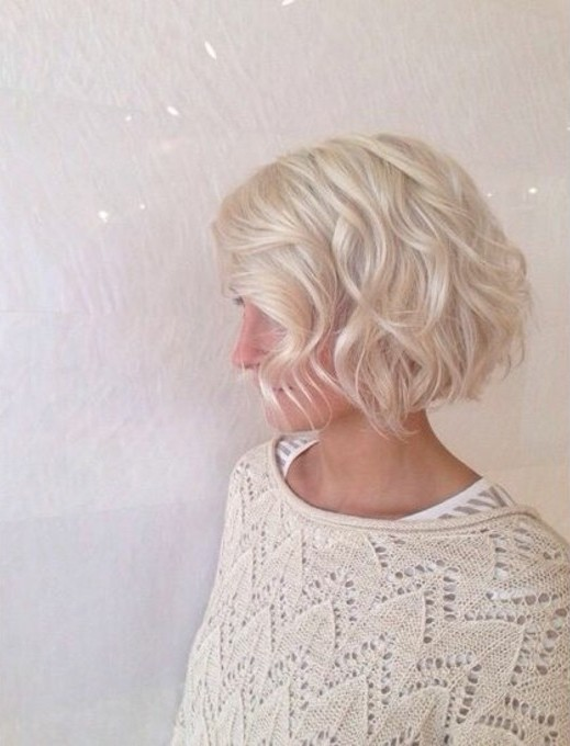 coupe-au-carré-joies-ondulations-cheveux-blond-froid