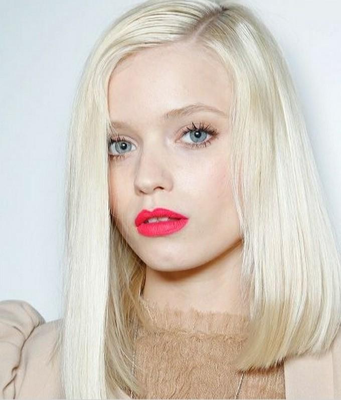 coupe-carré-lisse-rouge-à-lèvres-rose-cheveux-blond-nordique