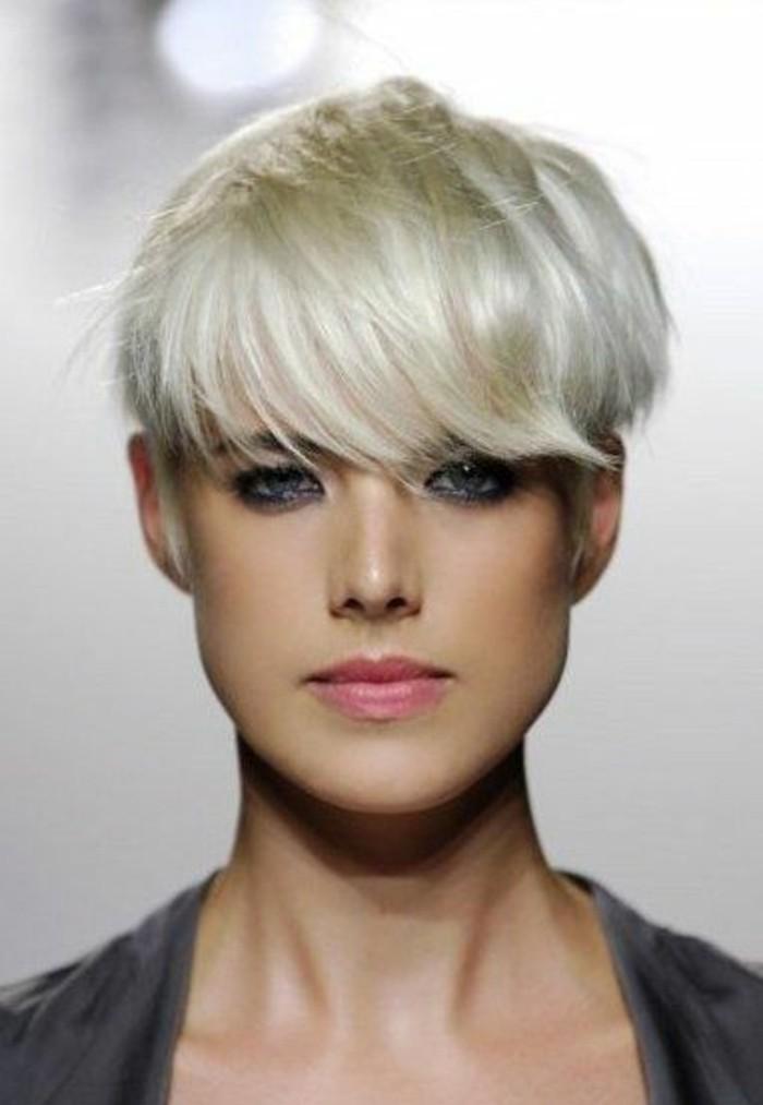 coupe-courte-avec-frange-couleur-blonde-platine