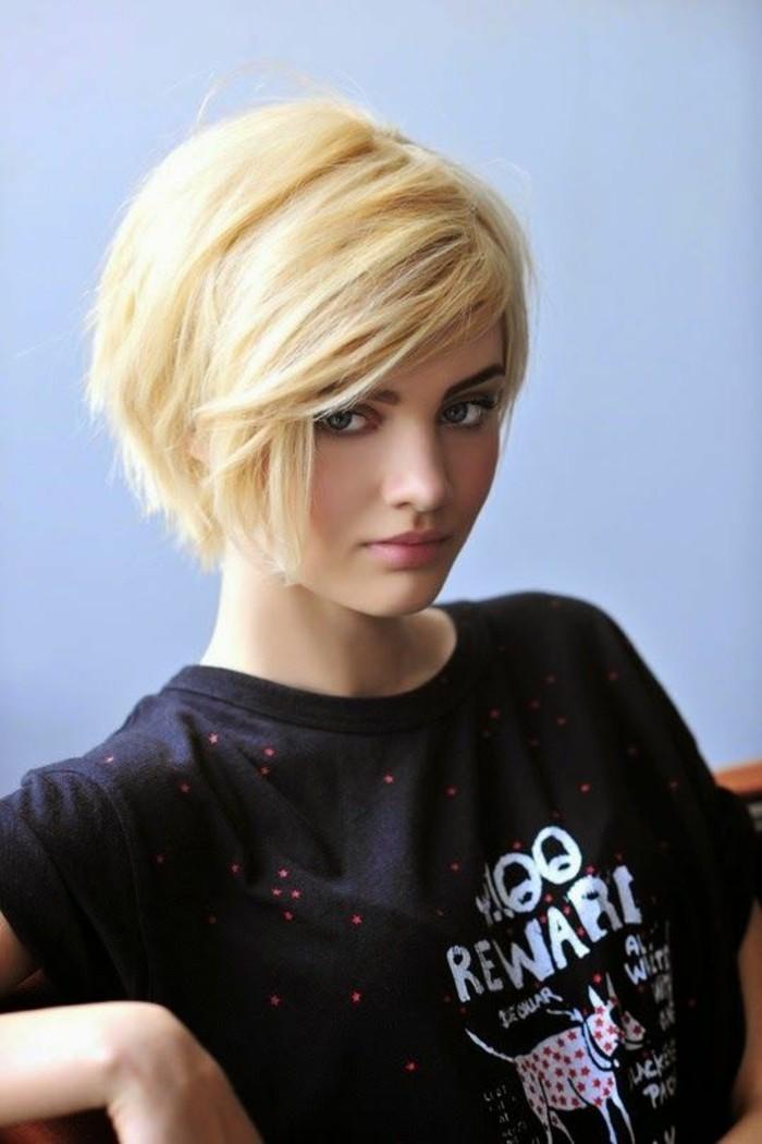 coupe-courte-pixie-t-shirt-imprimé-cheveux-blond-polaire