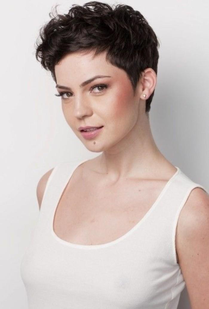 coupe-courte-tendance-pixie-coiffure-cheveux-ondulés