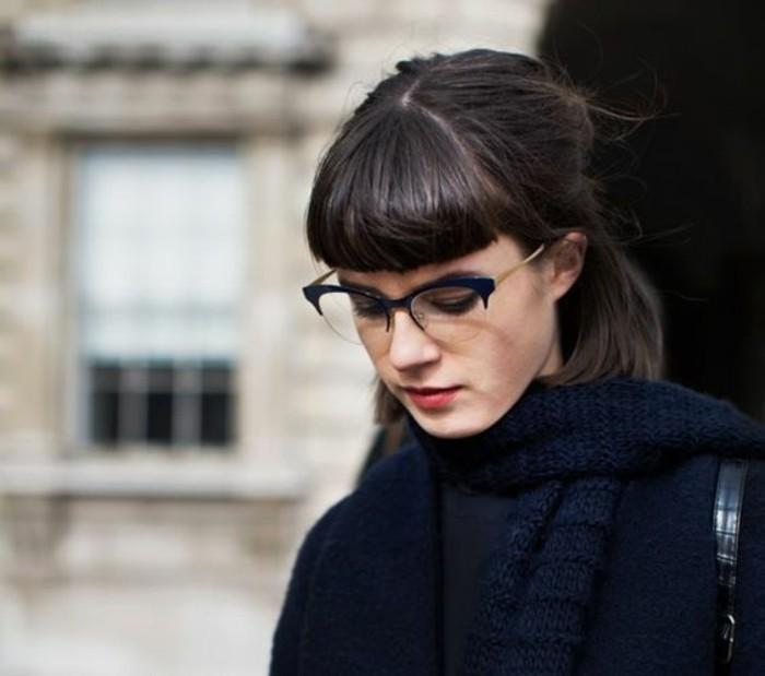 coupe-de-cheveux-courte-avec-frange-lunettes