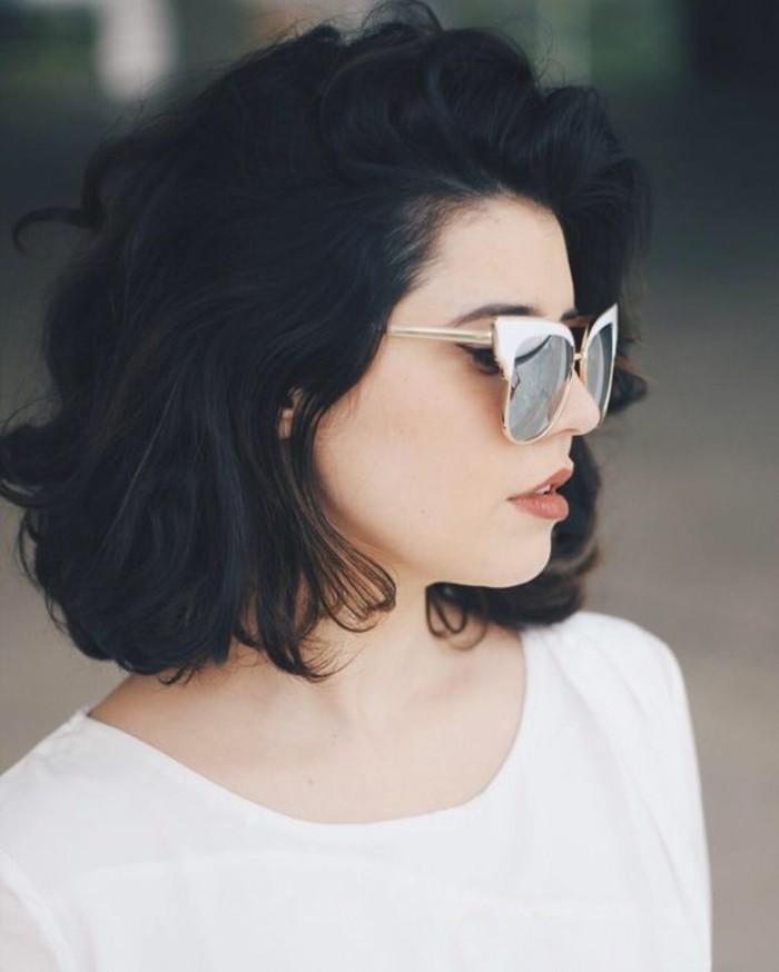 coupe-de-cheveux-courte-cheveux-volumineux-ondulés