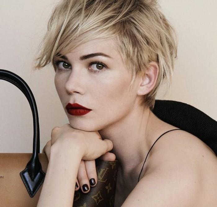 coupe-de-cheveux-courte-femme-cheveux-blonds