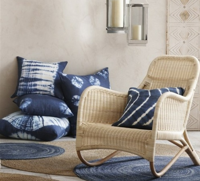 coussins-et-tapis-rond-indigo-couleur-idée-comment-amenager-un-salon-chaise-en-rotin-suspensions-vintage-design