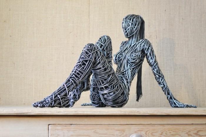 creation-fil-de-fer-richard-stainthorp-femme-se-reposant-modele-parfait