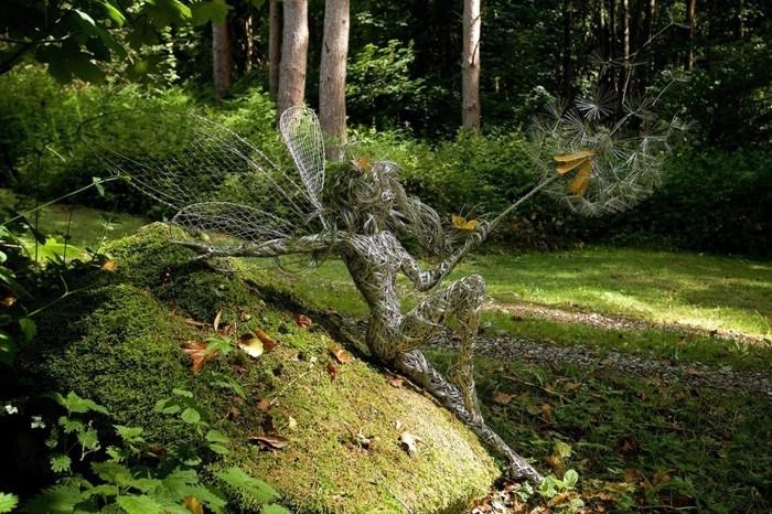 creation-fil-de-fer-figurine-dans-la-foret-nature-dautomne