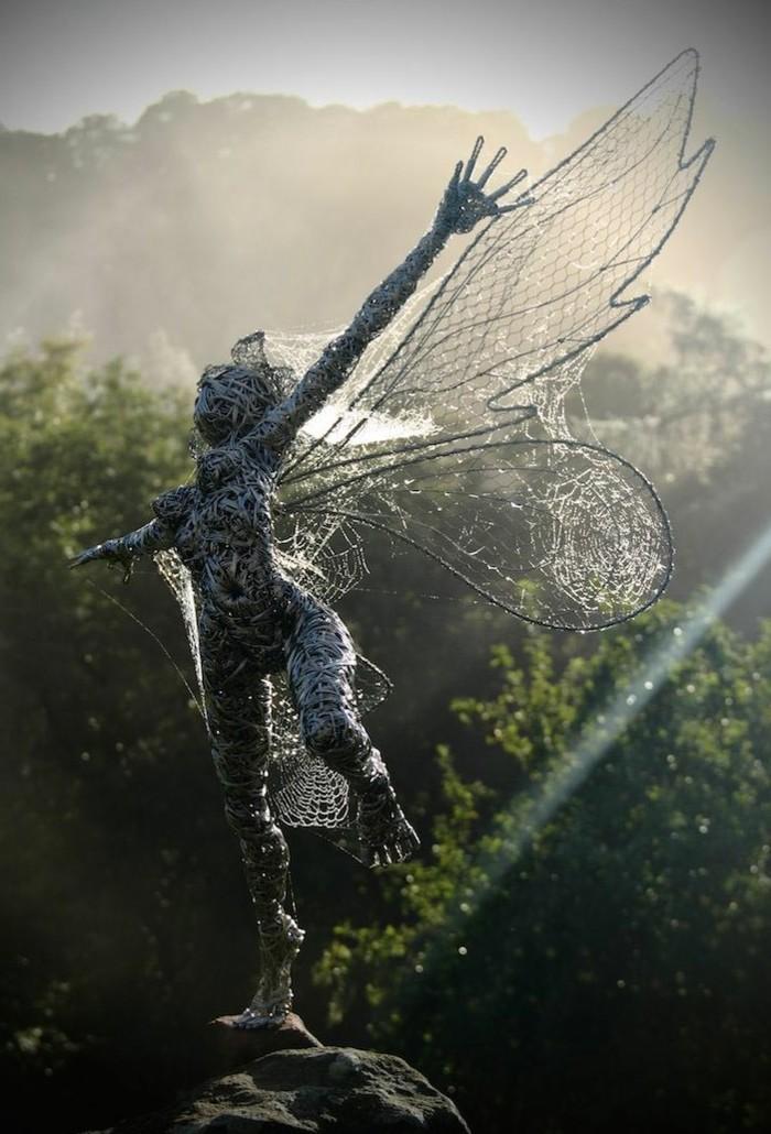 creation-fil-de-fer-personnage-mystique-lumiere-de-jour
