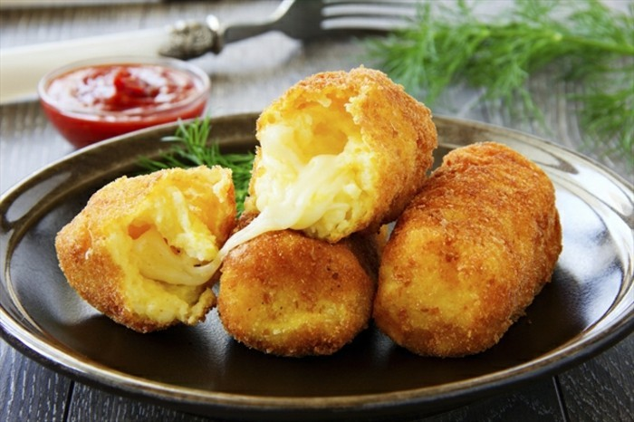 croquette-de-pomme-de-terre-au-fromage-à-garnir-avec-une-sauce-et-herbes-aromatiques