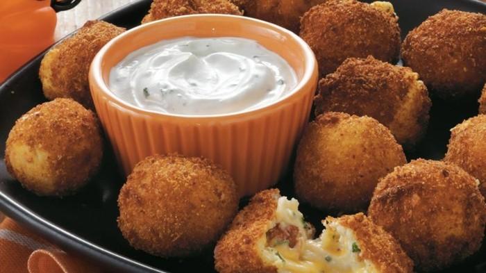 croquette-de-pomme-de-terre-au-fromage-avec-de-la-sauce-ranch
