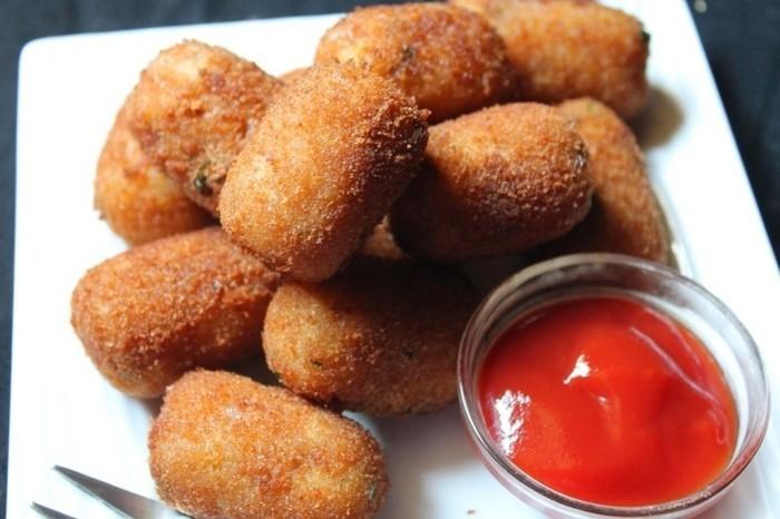 croquettes-de-pomme-de-terre-à-garnir-avec-une-sauce-de-tomates