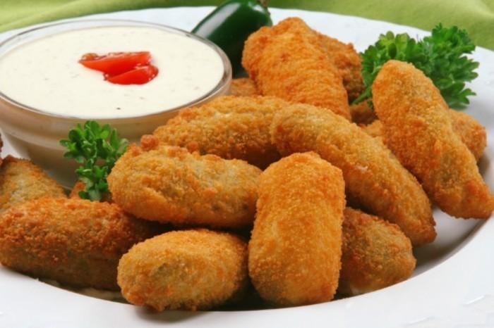 croquettes-de-pomme-de-terre-garnir-avec-des-herbes-et-sauce-yogyrt