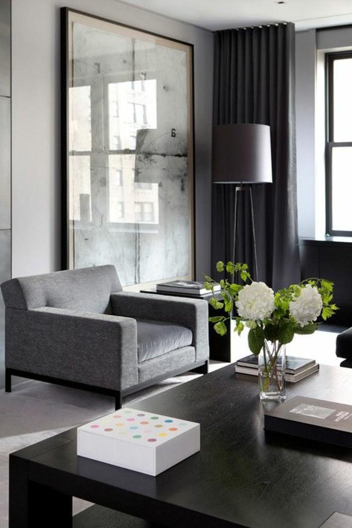 déco-salon-gris-fauteuil-gris-table-noire-grande-lampe-de-sol