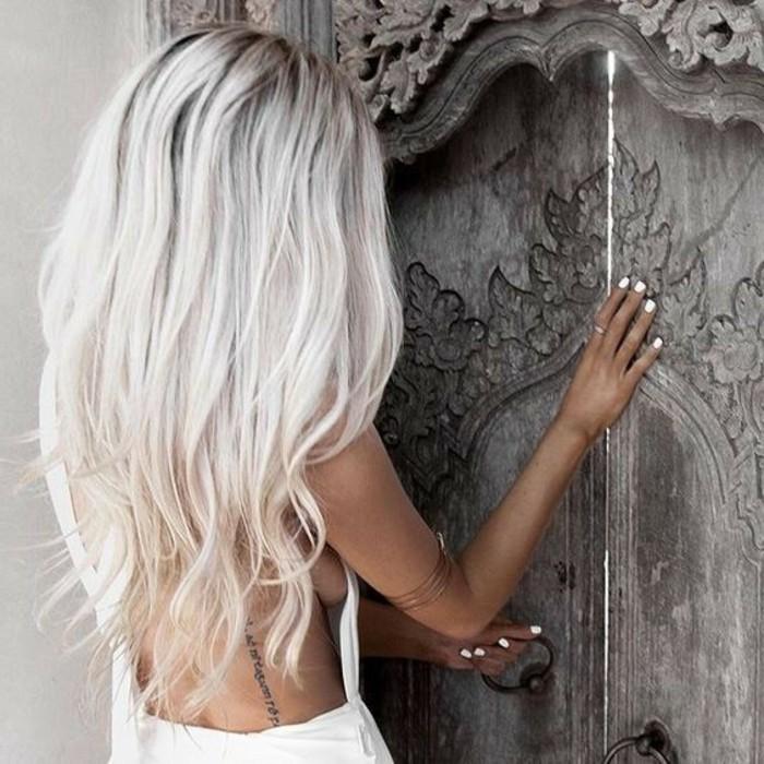 decoloration-cheveux-cheveux-blond-racine-noir-belle-photo