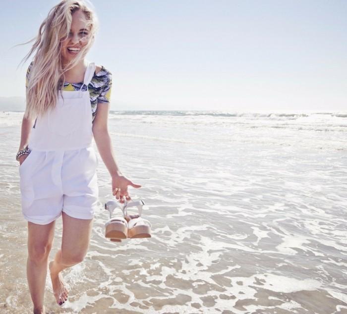 decoloration-cheveux-cheveux-blond-racine-noir-sourirante-debbie-ryan-au-bord-de-la-mer