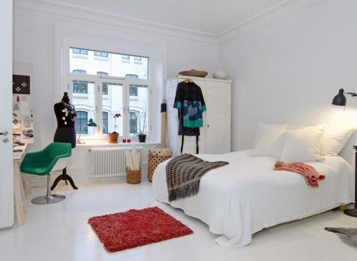 decor-en-blanc-linge-de-lit-blanc-coin-de-travail-armoire-blanche-un-petit-tapis-rouge-decoration-scandinave