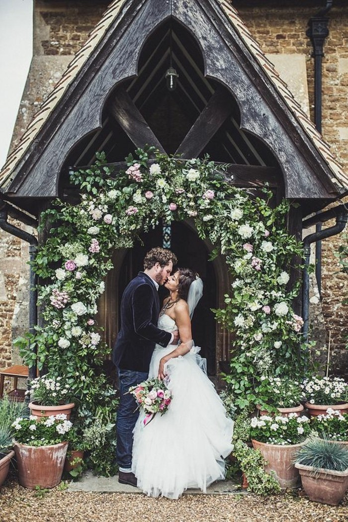 décoration-église-mariage-religieuse-arche-de-verdure