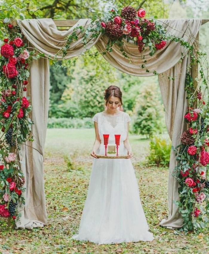décoration-arche-mariage-élégante-et-chic-rideaux-et-bouquets-de-fleurs