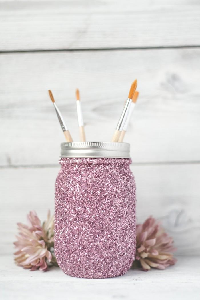 décoration-pot-de-confiture-brillance-en-rose-fleurs-fraîches-pinceaux