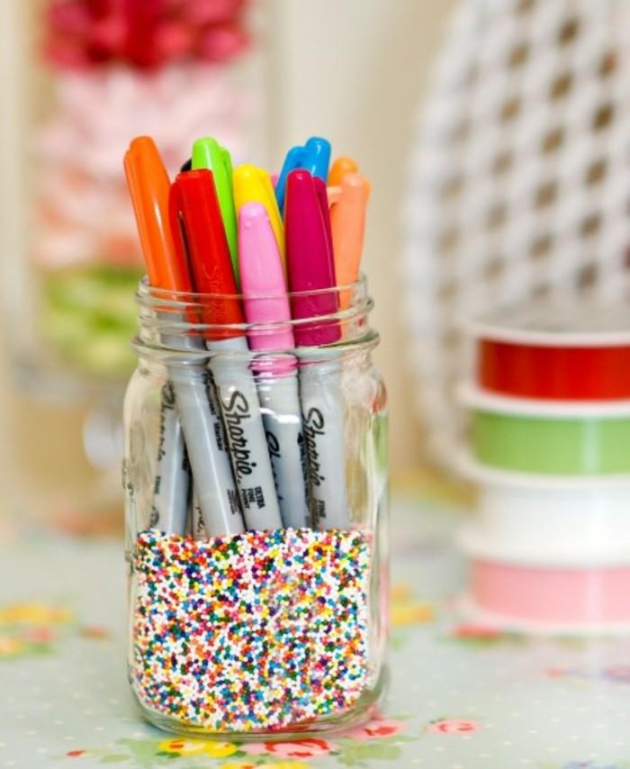 décoration-pot-de-confiture-crayons-couleurs-differentes-accessoire-bureau