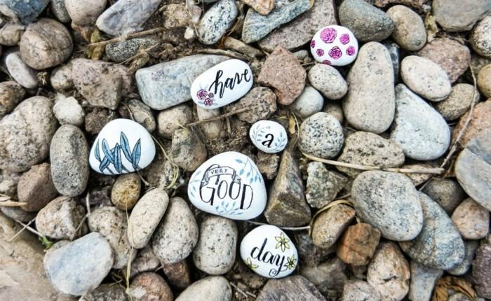décorer-d-autres-pierre-al-indélébile-pour-faire-une-decoration-jardin-message-souhait-écrit-sur-des-pierres