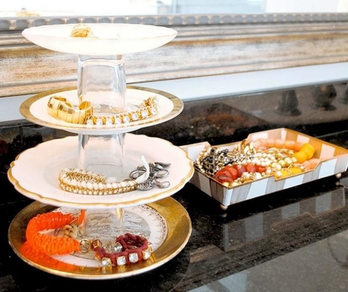de-petites-assiettes-reunis-par-des-versses-pour-former-un-presentoir-bijoux-diy-idee-de-rangement-originale