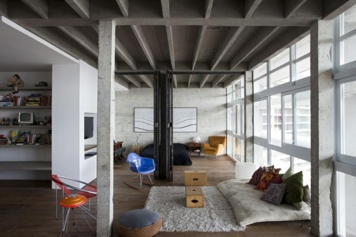 deco-appartement-etageres-murales-fauteils-en-rouge-et-bleu-tapis-en-peluche