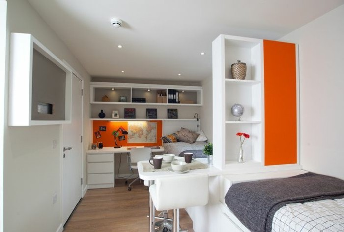 deco-appartement-couleur-orange-etagere-murale-carte-du-monde