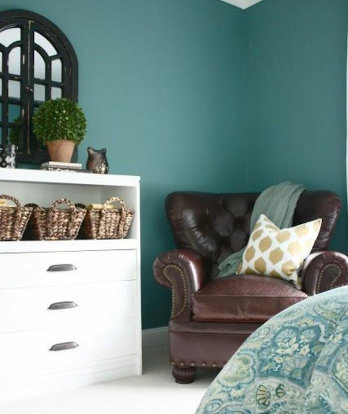 deco-bleu-canard-peinture-murale-canapé-en-cuir-marron-commode-blanc-et-revetement-sol-blanc-baie-vitrée