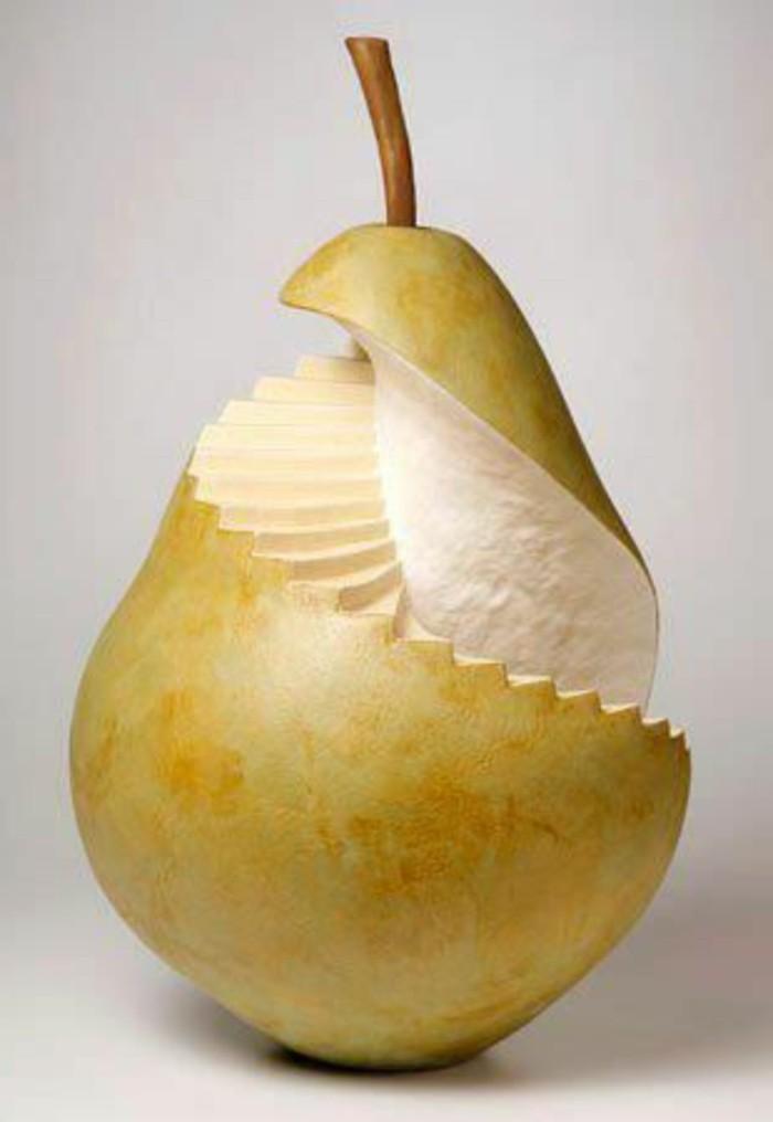 deco-fruit-escalier-sculpté-sur-une-poire-art-créatif-avec-des-fruits