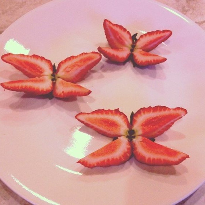 deco-fruit-fraises-papillons-arranger-l'assiette-de-facon-jolie