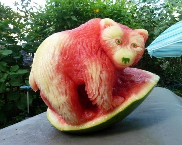 deco-fruit-ours-en-melon-d'eau-art-original-sculpter-des-animaux
