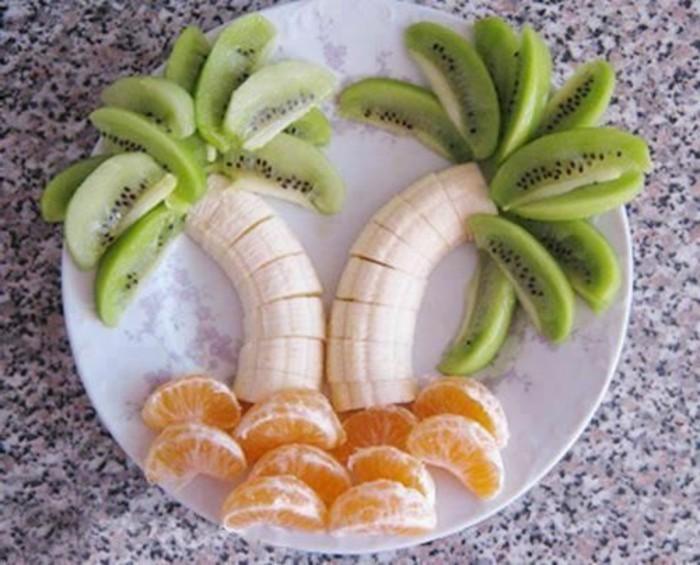 deco-fruit-palmiers-oranges-kiwi-et-bananes-arrangés