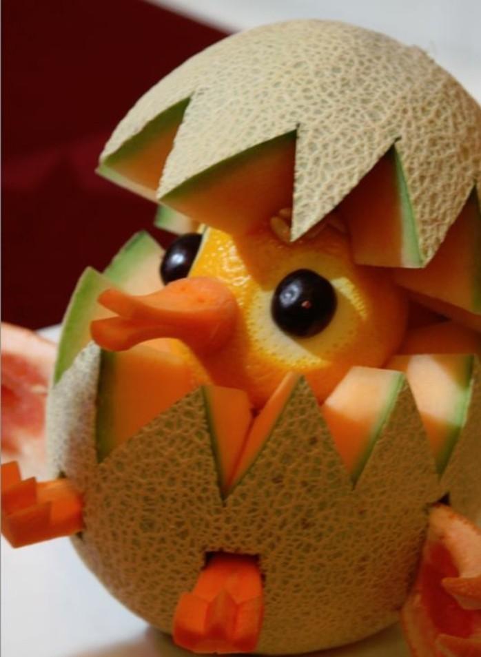deco-fruit-un-petit-oiseau-qui-sort-de-son-oeuf