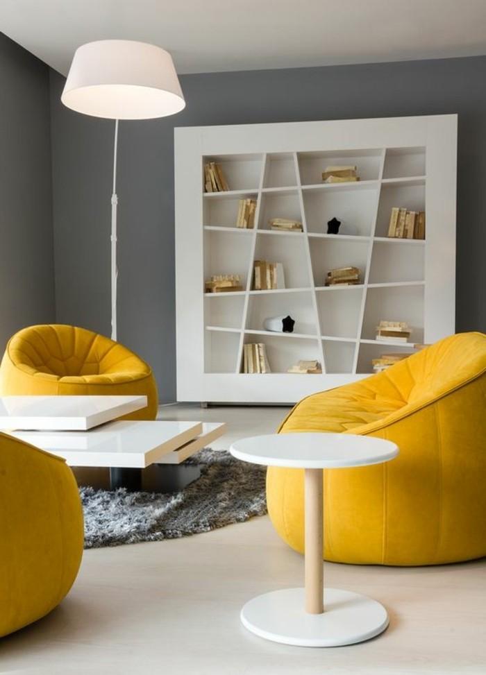 deco-gris-et-jaune-chaises-jaunes-et-tables-blanches