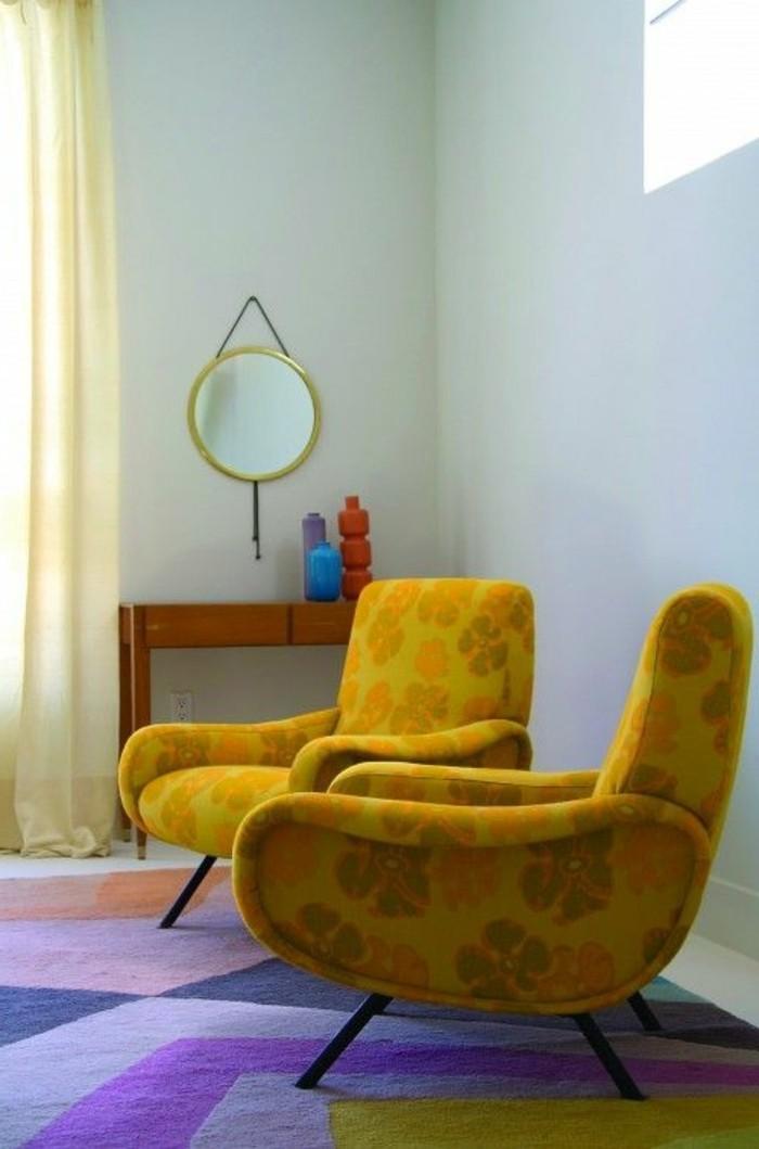 deco-gris-et-jaune-fauteuils-moutarde-et-tapis-lilas-et-jaune