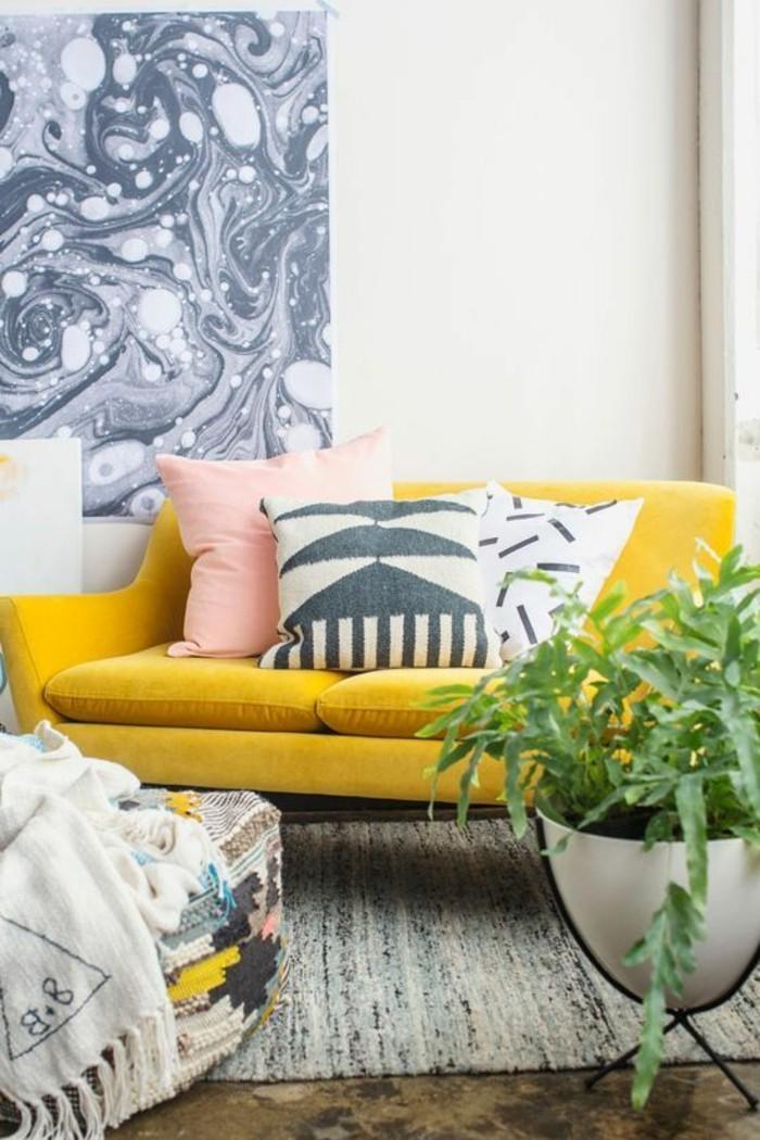 deco-gris-et-jaune-sofa-jaune-tapis-gris-intérieur-épuré