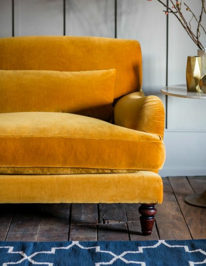 deco-gris-et-jaune-sofa-moutarde-et-tapis-géométrique