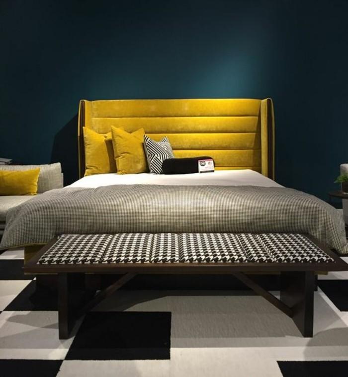 deco-jaune-moutarde-tête-de-lit-jaune-dans-une-chambre-grise