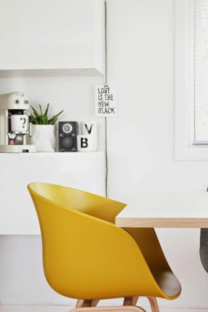 deco-moutarde-chaise-jaune-moutarde-intérieur-blanc