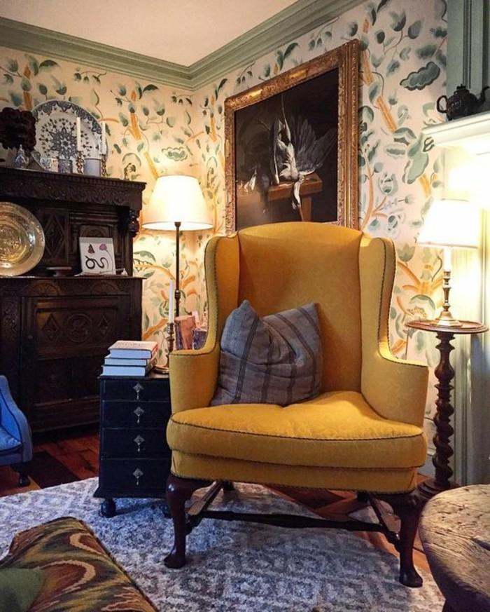 deco-moutarde-fauteuil-jaune-et-intérieur-vintage-tapis-bleu
