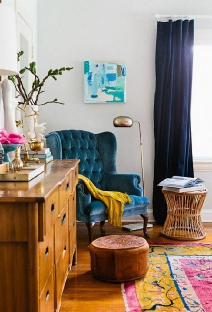 deco-moutarde-intérieur-vintage-fauteuil-bleu-et-tapis-rétro