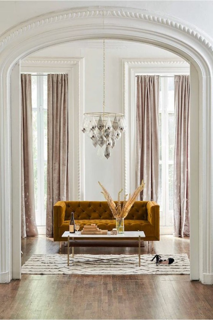 deco-moutarde-sofa-jaune-moutarde-dans-un-salon-blanc