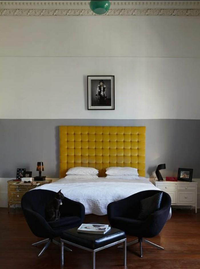 deco-moutarde-tête-de-lit-moutarde-deux-chaises-noires