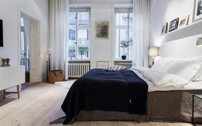 deco-scandinave-parquet-bois-clair-chambre-toute-blanche-lit-scandinave-rideaux-blancs-et-etalage-de-photos